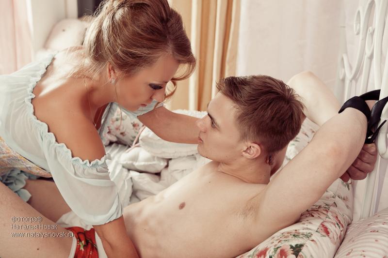 seks-s-muzhikami-privyazannim-k-krovati-sochnaya-smachnaya-pornuha