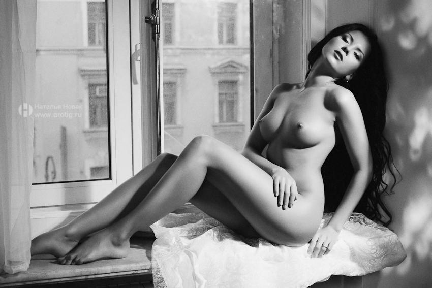 брюнетка позирует на эротической фотосессии