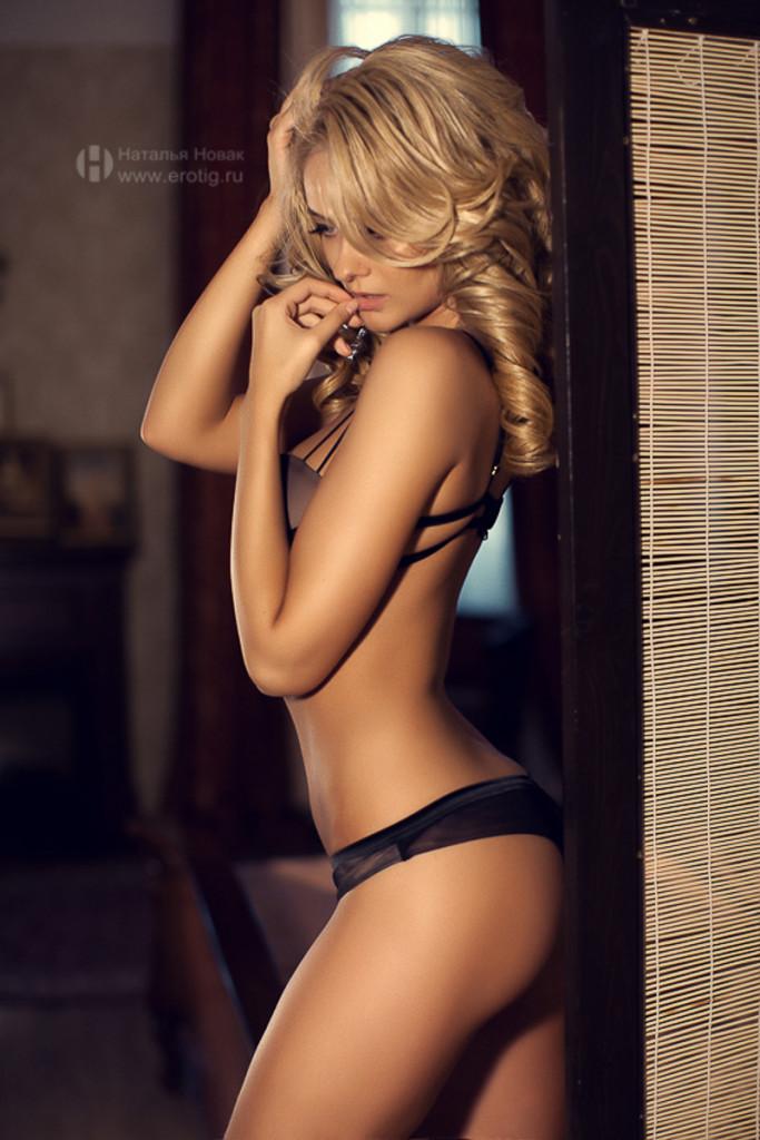 Эротическая фотосессия в белье у стены