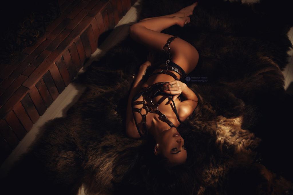 Вернуть забытое сексуальное напряжение в отношениях поможет опытный фотограф. Он создаст для женщины великолепный альбом с интересными снимками эротического характера, от которого супруг придет в неописуемый восторг.