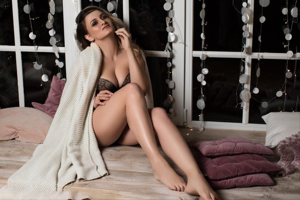 сексуальная жена на подоконнике ждет мужа с работы на эротической фотосессии