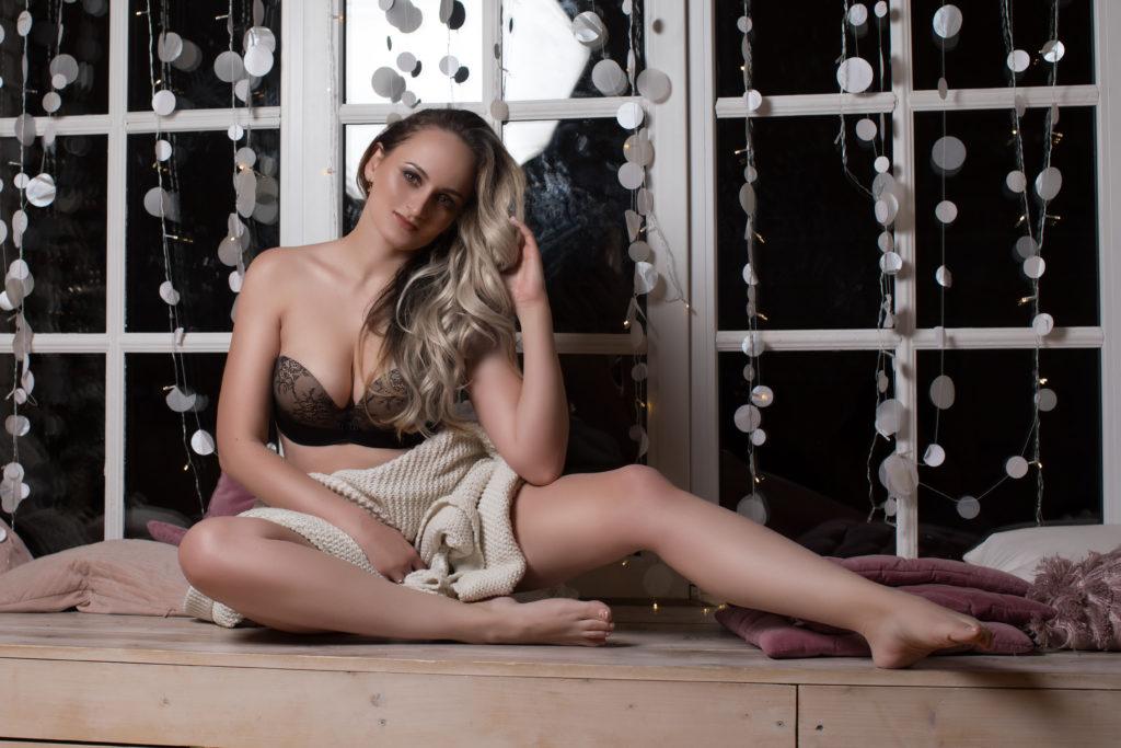 Сексуальная женщина на эротической фотосессии борется со своими страхами что бы найти мужчину