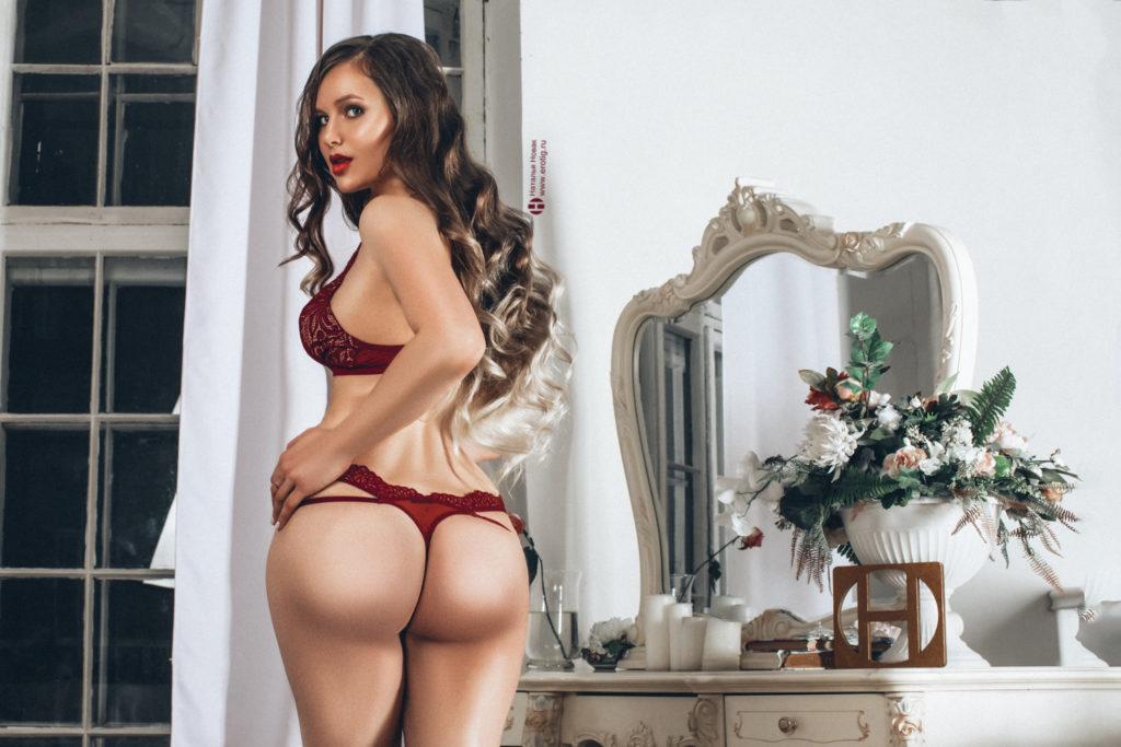 Роскошная женщина с длинными волосами на эротической фотосессии