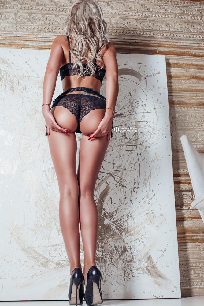 Сексуальная женщина с большой попой позирует на эротической фотосессии, что бы избавиться от страха женщины быть нелюбимой