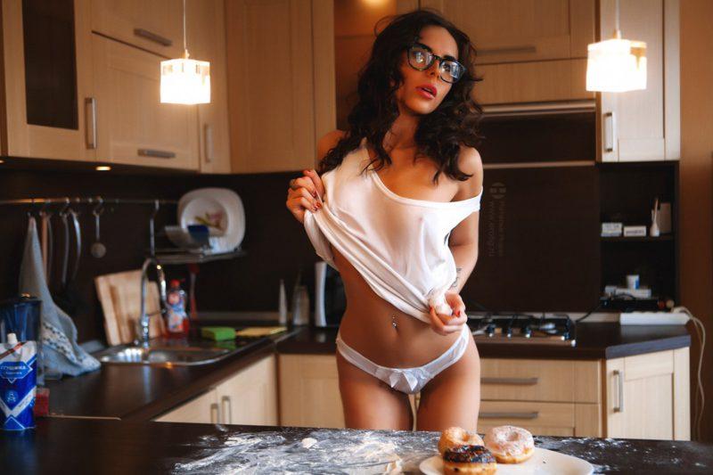 сексуальная молодая женщина на эротической фотосессии на кухне