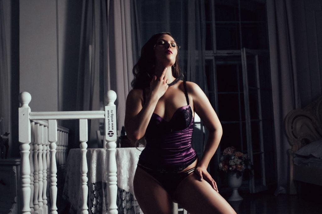 Роскошная женщина в корсете с большой грудью на эротической фотосессии