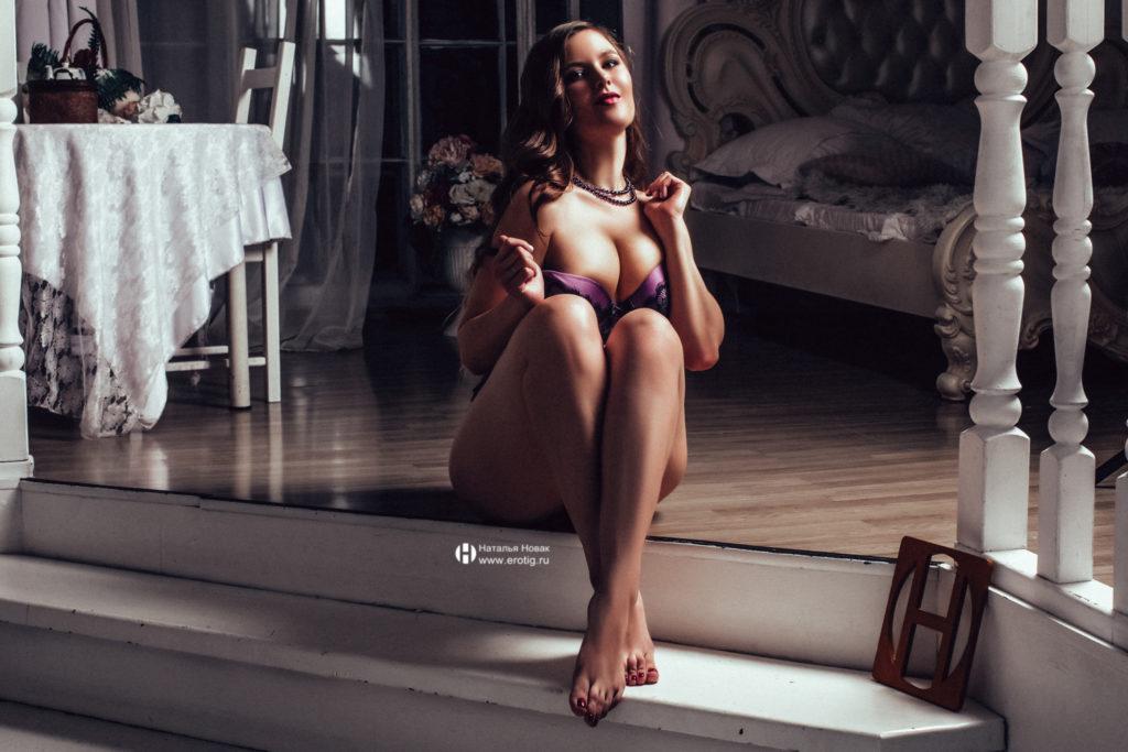 Роскошная девушка на эротической фотосессии на лестнице с большой грудью