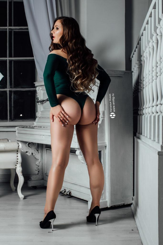 Сексуальная девушка трогает себя за попу на ню фотосессии у Натальи Новак