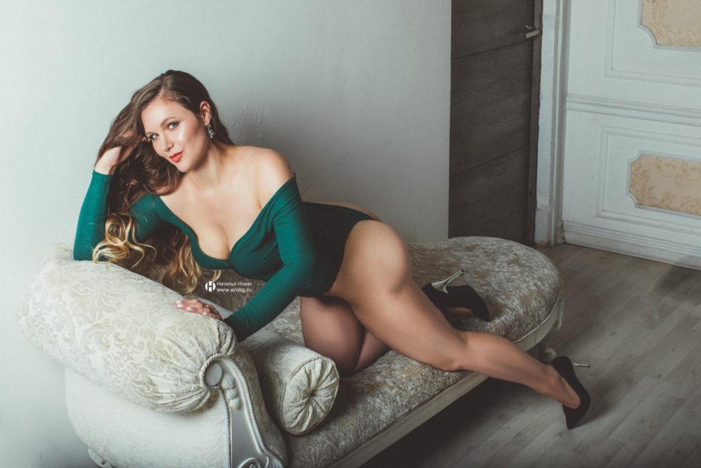 Грациозная девушка в зеленом боде на эротической фотосессии в стиле будуар
