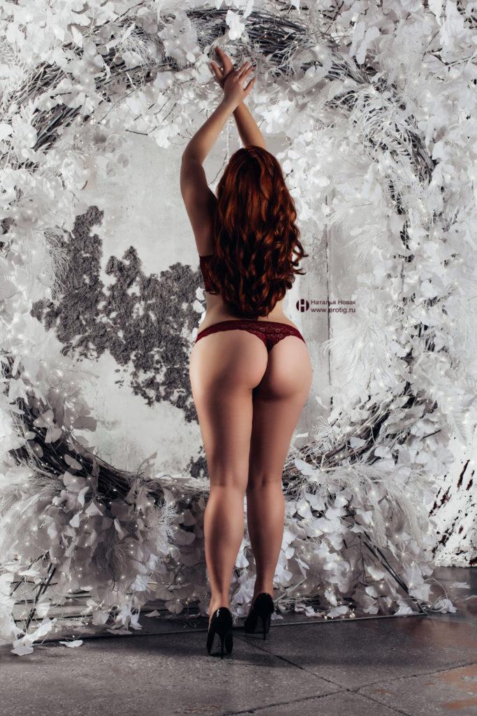 Эротическая фотосессия Будуар в стиле ню у женского фотографа Натальи Новак женщины для подарка мужу с рыжыми волосами в красных трусиках повернулась жопой к камере