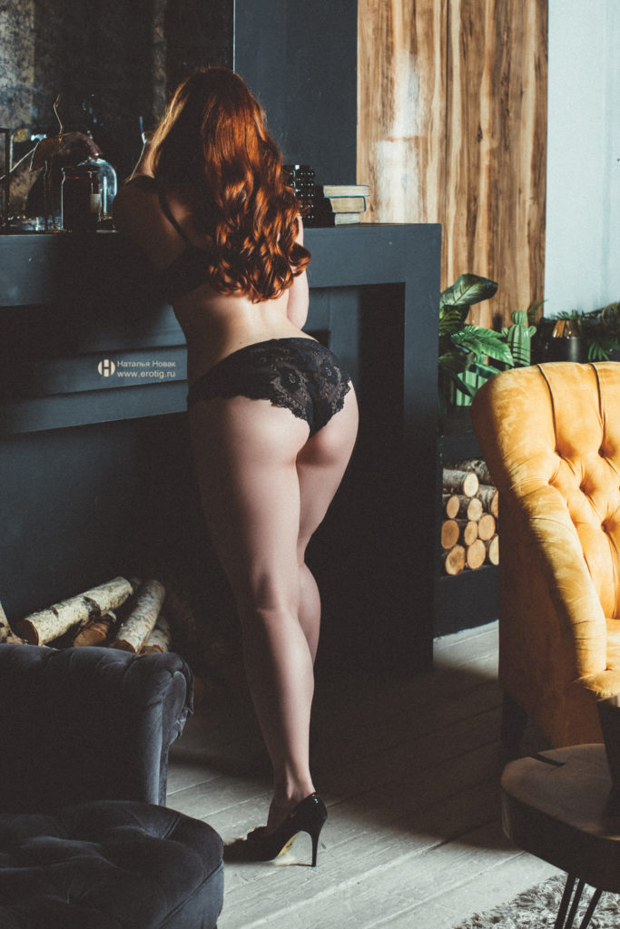 Эротическая фотосессия Будуар в стиле ню у женского фотографа Наталья Новак рыжая женщина в черных кружевных трусиках с голой попой стоит в полный рост